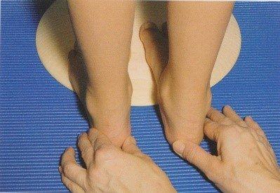 Порядок осмотра ребенка и назначение упражнения для стоп.